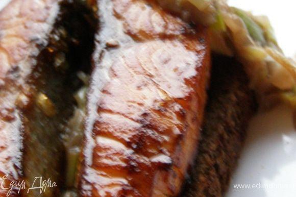 Сверху водрузить семгу.Сочетание черного хлеба, обжаренной маринованной рыбы и лука получилось божественным!)) Всем любителям рыбы советую попробовать!