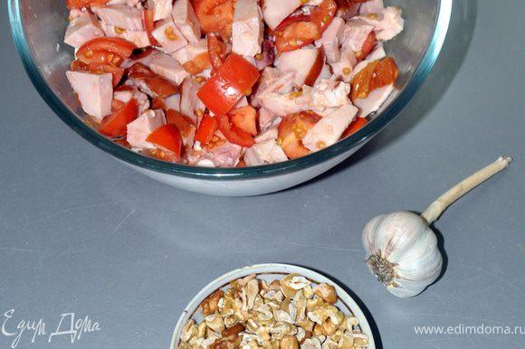 Орехи немного подсушить в духовке, отчистить шелуху и не измельчая добавить в салат.