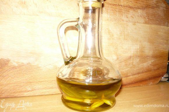 """Смешать все ингредиенты для маринада, добавить немного оливкового масла. Я обычно отливаю немного оливкового масла и настаиваю его с чесноком и розмарином, и у меня на готове есть заветный кувчинчик. Я использовала именно его, но можно и просто оливковое масло, и даже любое растительное - добавление его к маринаду заставит специи лучше """"работать"""""""