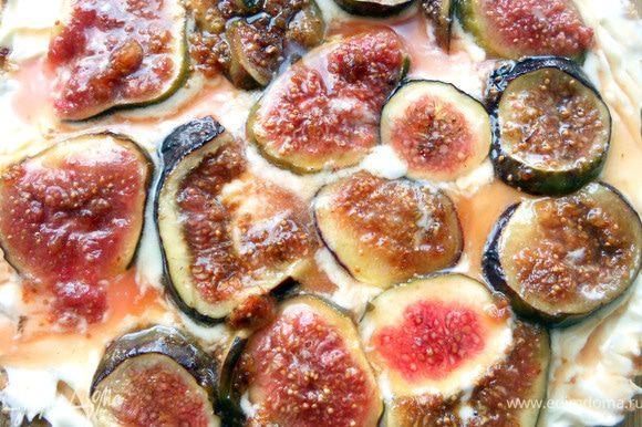 Выложить инжир на маскарпоне, полить образовавшимся сиропом. Охладить, присыпать орешками по желанию и подавать!