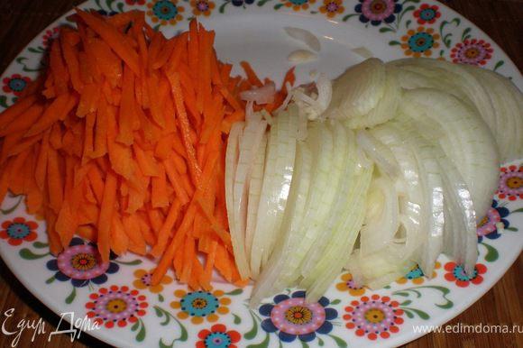 режим морковку(полоской) и лук полукольцами и обжариваем все в месте до золотистого цвета