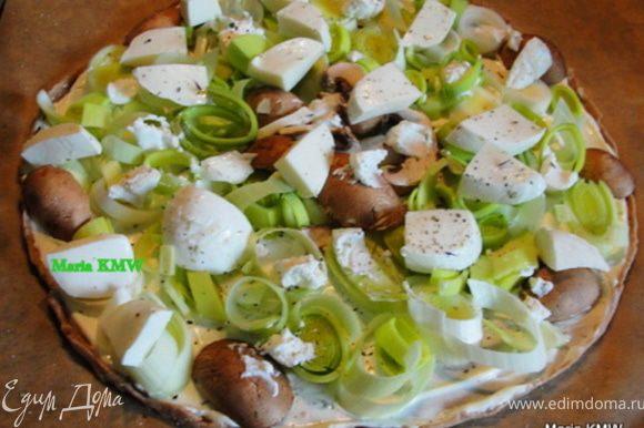 На второй пирог выкладываем кольцами порезанный лук-порей, козий сыр, приправляем травками. Если остались еще грибочки, пристроим их и сюда. :))