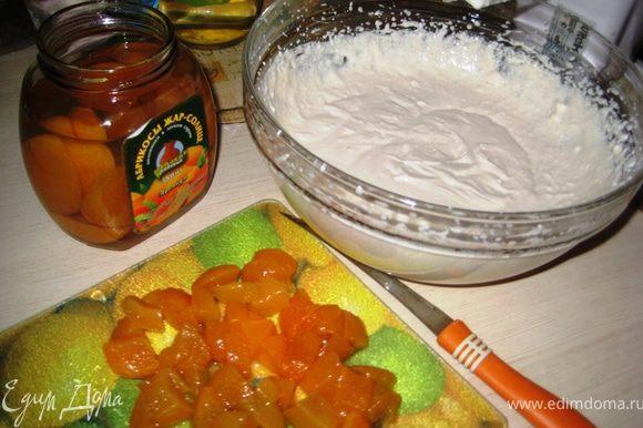 """Суфле:Взбить миксером творог,сметану и сахар.Добавить """"распущенный"""" желатин и порезанные из компота абрикосы-перемешать."""