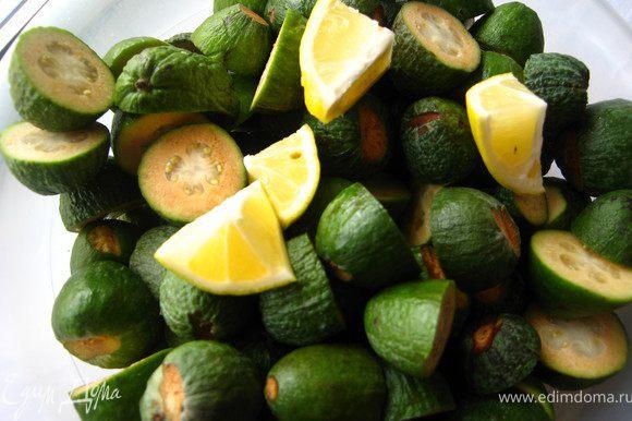 Лимон на несколько минут залить кипятком, разрезать удалить косточки. Спелый фейхоа( если вы купили зеленые плоды - не страшно, пусть полежат при комнатной температуре несколько дней, пока не станут мягкими. Запомните: чем спелее фейхоа, тем полезнее) помыть, зачистить с двух сторон, разрезать на несколько частей .