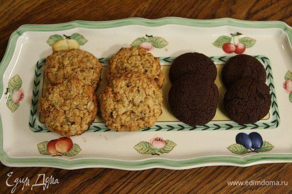 Выпекать печенье в разогретой духовке 7–10 минут.