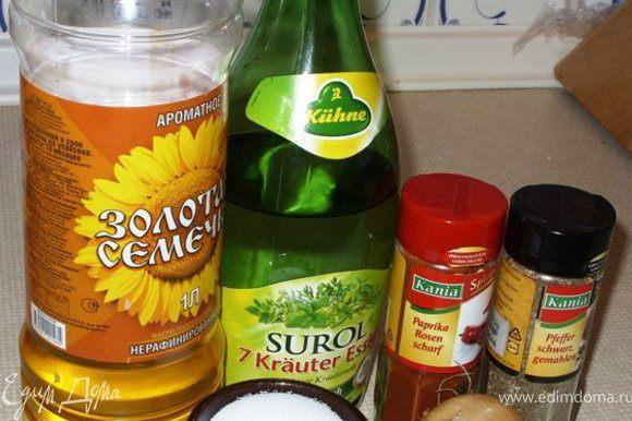 """Тем временем приготовим """"маринад"""" в салатнике. Лук и чеснок почистить, помыть, обсушить и тоненько нашинковать. Сложить всё в салатник. Добавить туда растительное масло и уксус."""