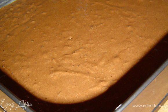 Форму выстилаем пищевой бумагой, края смазываем маслом и выливаем тесто. Выпекаем при температуре 180 гр. 40 минут.