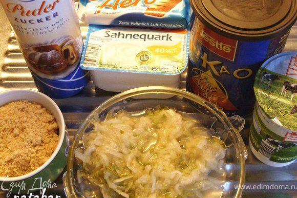 Приготовить все ингредиенты. Вымыть, почистить и потереть на крупной тёрке грушу. Печенье измельчить.