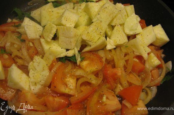 После этого выкладываем в сковороду кусочки кабачков, мешаем, солим, перчим и тушим минут 5. Выложить в сковороду обжаренные креветки, перемешать и снять с огня.
