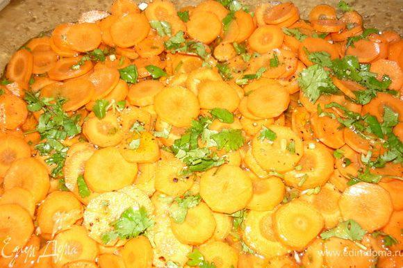 Морковку порезать тонкими кольцами. Высыпать тонким слоем в форму, сбрызнуть оливковым маслом, посолить, поперчить, посыпать ароматной смесью. Выложить следующий слой моркови, опять сбрызнуть, посолить и т.д. и так пока не закончится морковка.