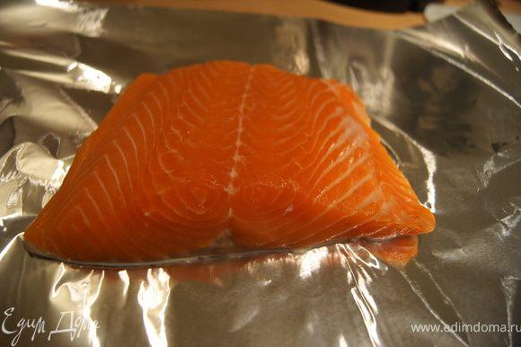 Рыбу помыть, обсушить и поставить на фольгу.