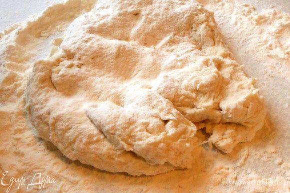 Продолжать замешивать (около 10 минут) тесто на плоской поверхности, подсыпая муку (тесто должно стать крутым, гладким, но не липким).