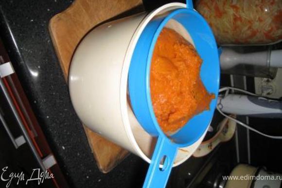 Размяла готовую тыкву в пюре, выложила его в сито и оставила на часик над емкостью, чтобы стекла лишняя жидкость.