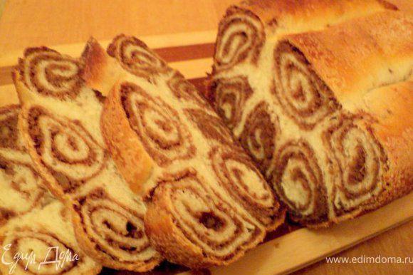Пироги охладить и перед подачей нарезать ломтиками.