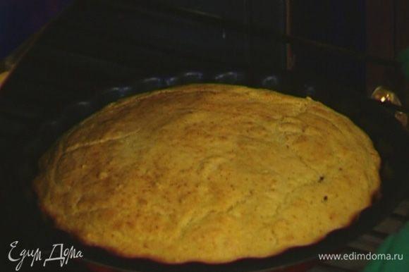 Готовый хлеб слегка остудить, затем вынуть из формы.