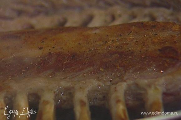 Разогреть большую сковороду со съемной ручкой и обжаривать ребра по 5 минут с каждой стороны, затем отправить в разогретую духовку на 10–15 минут. Запеченное мясо плотно прикрыть фольгой и оставить на 15 минут.