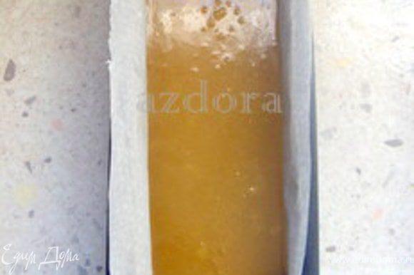 Влить в форму полученную массу и дать остыть. Затем перенести в холодильник минимум на 3 часа или до тех пор, пока желатин не застынет.