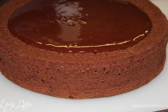 Перворачиваем торт верх дном (так мы имеем более идеальную поверхность) и заливаем ганашем, в том числе и бока торта! Охлаждаем и затем можно украсить посыпкой...