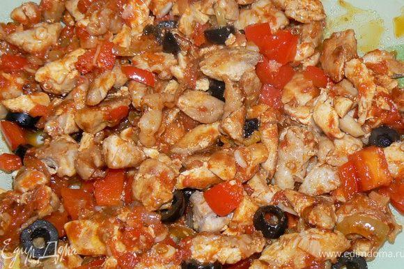 Куриное мясо отделить от кожи и костей, нарезать кубиками. Лук и перец мелко порезать, спассеровать на растительном масле, добавить рубленый чеснок, мелко порезанный помидор , специи, соль и перец. Держать на небольшом огне, помешивая. Снять с огня, добавить оливки . Остудить.