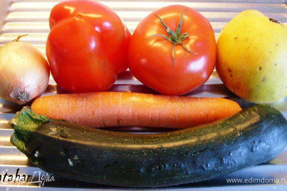 Овощи тщательно вымыть, почистить и обсушить. У айвы очистить кожицу. Морковь нашинковать на крупной терке. Лук, сладкий перец, помидор, кабачок и айву мелко порезать.