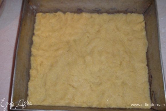 Тесто раскатываем в форму и отправляем на 1 час в холодильник.