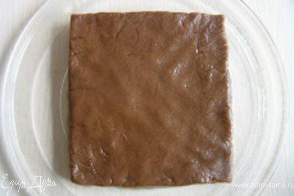 Тесто распределить на стеклянной тарелке для микроволновки, придать форму квадрата,