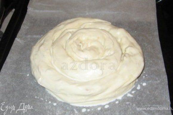 Закрутить сначала одну колбаску в улитку, затем добавить вторую колбаску и продолжать закручивать. Готовую улитку перенести на противень. Смазать молоком.Запекать при 180° около 20 минут.