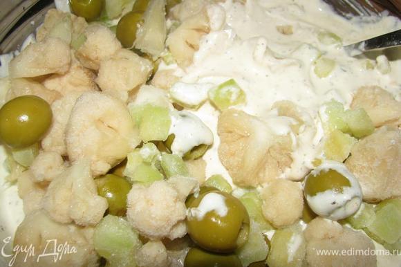 Смешать овощи с творожно-сырной массой.