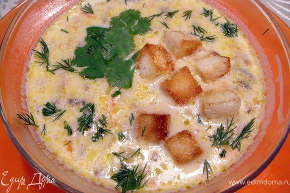 Добавить обжаренные лук и морковь и плавленый сыр (предварительно раскрошить как можно мельче). Варить до растворения сыра минут 5. Посолить, поперчить, добавить приправы на вкус. Подавать с мелко порезанной зеленью и сухариками.