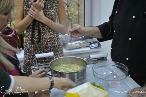 В кипящую подсоленную воду опустить подготовленную пасту и варить минуту-полторы после закипания. Вынуть, добавить сливочное масло.