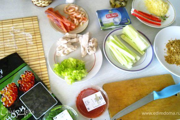 Сразу подготовить все ингредиенты. Огурец очистить, нарезать часть без семян на полоски. Форель нарезать на полоски средней толщины. Пармезан натереть на мелкой терке. Салат нарезать на полоски.