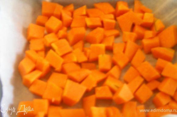 Тыкву нарезаем средними кубиками и выкладываем в смазанную форму для запекания.