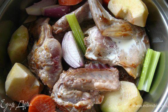 В широкую кастрюлю положить куски кролика, овощи, яблоко.Залить сливками и тушить не медленном огне 40-50 минут.