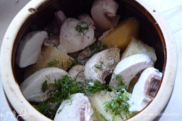 Теперь распределим все по горшочкам.На дно горшочка кладем картофель,грибы,кусочек лаврового листа,немного зелени,немного жареного лука и моркови.