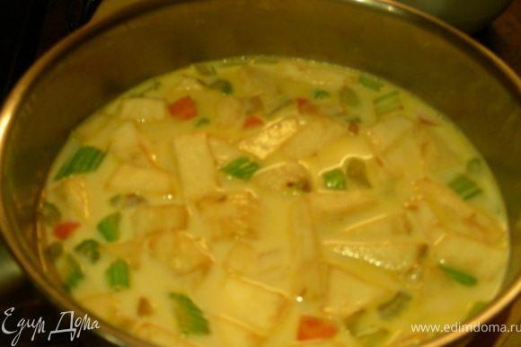 Добавляем картофель и корень сельдерея, готовим пару минут. Заливаем молоком, доводим до кипения, уменьшаем огонь и готовим минут 20 до мягкости овощей. Блендером превращаем все в пюре, можно по вкусу разбавить молоком или сливками, солим, перчим.