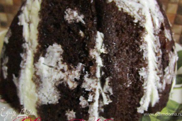 После охлаждения перевернуть торт на блюдо.