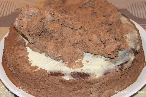 Обмазываем торт.По бокам немного(для прилипания украшения) и густо сверху.