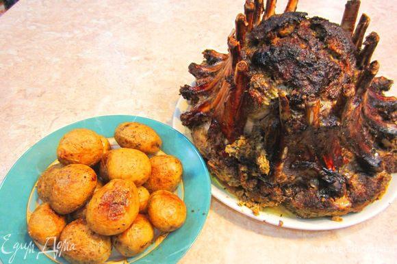 После приготовления мяса достаньте его из духовки. Удалите фольгу. Поддев лопаткой перенесите мясо на ТЕПЛОЕ блюдо. Дайте постоять 20 минут, чтобы мясо впитало обратно все соки и размягчилось.