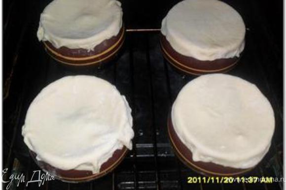 Из теста сформировать лепешки и накрыть ими горшочки.