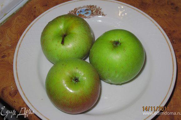 Нагреть духовку до 180 градусов. Яблоки помыть, порезать на кусочки.