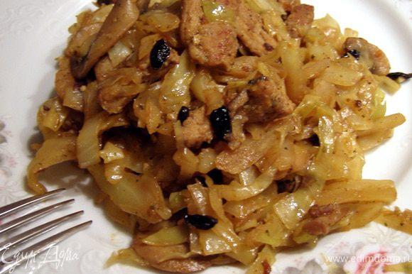 За 5 минут до готовности чеснок давим ребром ножа и мелко режем. Отправляем к капусте. Перемешиваем и через пару минут плиту выключаем. Дадим настояться блюду 15 минут.