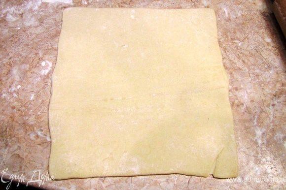 Раскатайте тесто до размеров 30 на 40 сантиметров.