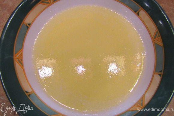 Положите сливочное масло в отдельную посуду. Нагрейте, чтобы масло расплавилось, но не разделилось на фракции.