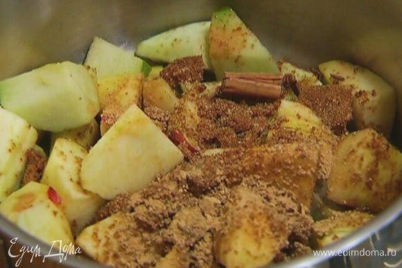 Поместить яблоки в небольшую кастрюлю, поставить на огонь, добавить 3 ст. ложки сахара, гвоздику, корицу, зерна кардамона и имбирь, перемешать и прогреть, затем влить 100 мл горячей воды и варить 20 минут.