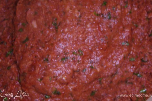 Добавить в фарш томат, мелко нарезанную кинзу, натертые без кожуры помидоры, специи и соль. Масса должна напоминать пасту.