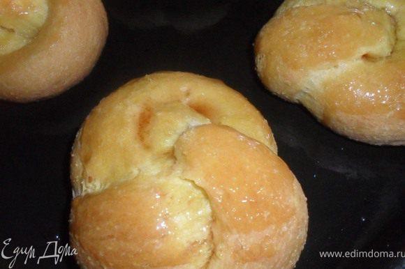 Готовые булочки можно смазать сиропом. Очень подходит лимонный сироп.
