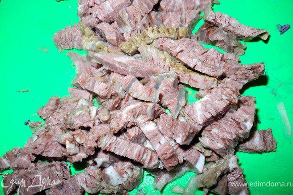 Отварную охлажденную телятину нарежем брусочками.