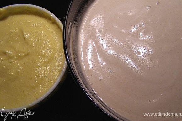 В последнюю очередь взбиваем в пену белки с щепоткой соли в пену, добавляем постепенно ванильный сахар(1 пакетик) и 2-3 ст.л. сахарной пудры. Должна получиться масса с устойчивыми пиками. Треть массы добавляем к манговому крему, остальное - к банановому. Аккуратно перемешиваем лопаткой движениями сверху-вниз. Масса станет пышной и похожей на суфле.