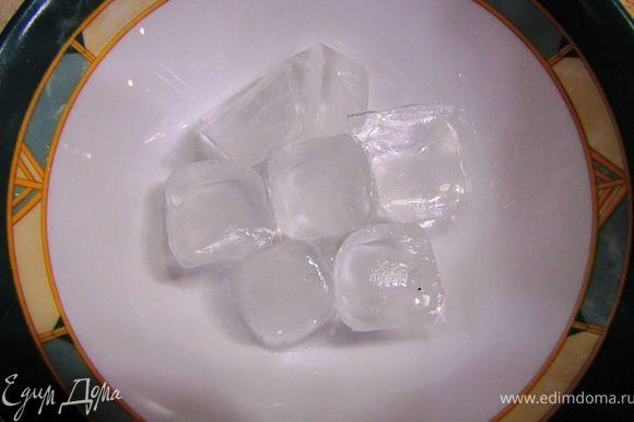 Берем лед. У меня 7 маленьких кубиков.