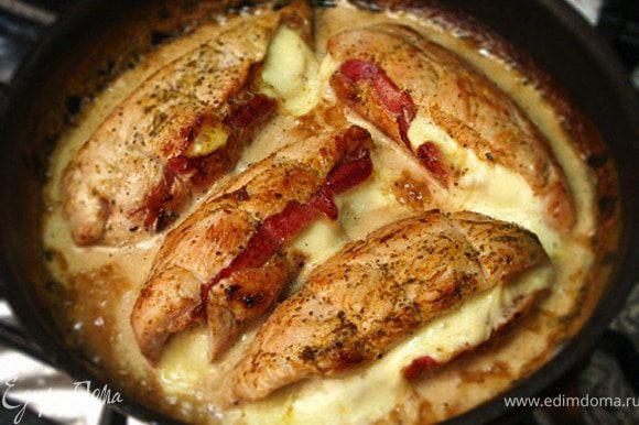 Ставим сковороду в разогретую до 200 градусов духовку примерно на 20 минут. Соус наливаем на дно тарелки, сверху кладем филе. Подаем с отварным, а затем обжаренным в сливочном масле картофелем.